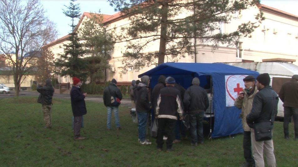 В Ужгороді малозабезпеченим, безпритульним та іншим потребуючим безкоштовно роздають їжу