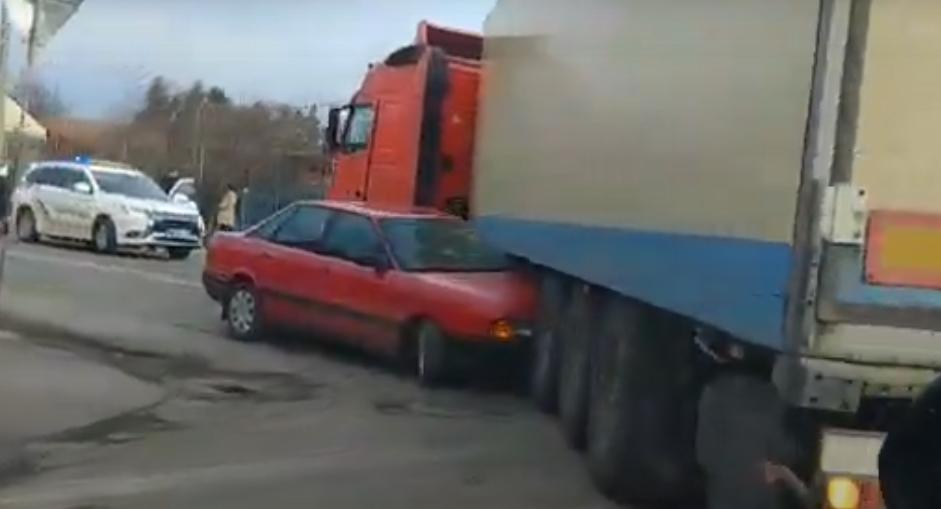 ДТП у Виноградові: легковик затисло під вантажівкою