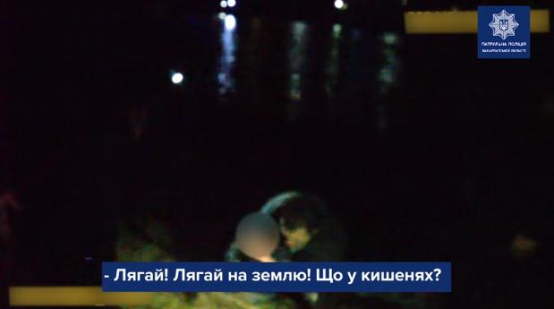 Сильно вдарив жінку, пограбував її, опісля – заліз у річку: патрульні розповіли про інцидент в Ужгороді