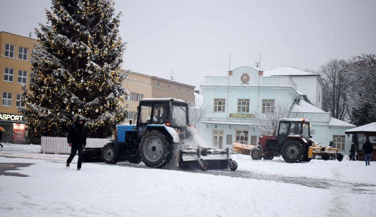 Комунальники із ночі розчищають вулиці Ужгорода від снігу