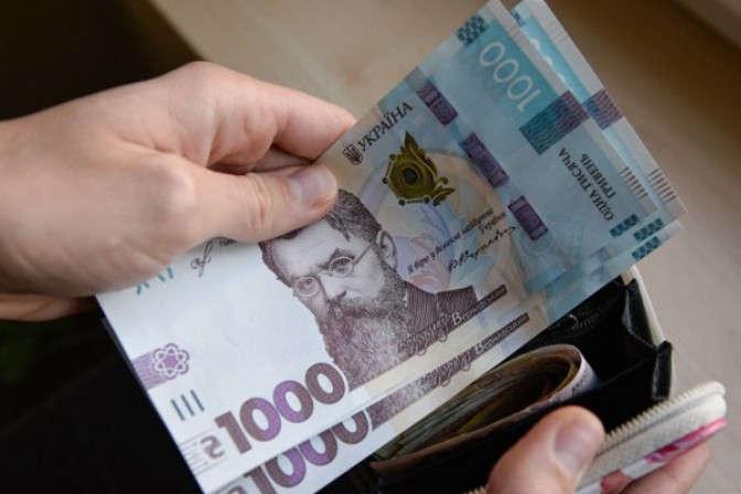 Кабмін підвищив зарплату чиновникам: скільки максимум вони тепер отримуватимуть