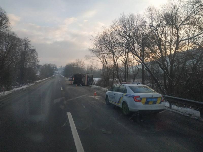 На Закарпатті, біля села Сусково, перекинувся пасажирський автобус