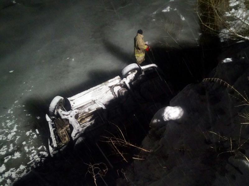 Машина перекинулась і впала у річку: опубліковано фото
