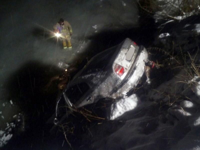 Вночі авто впало у річку і перекинулось на дах