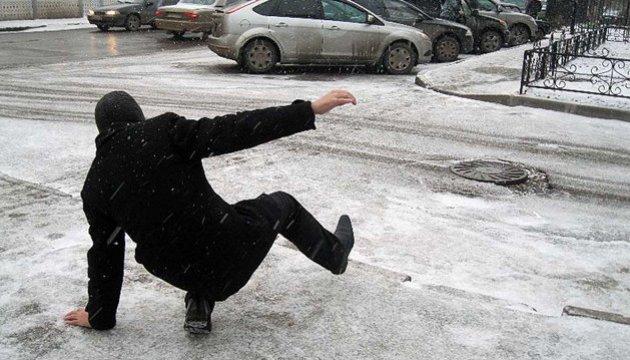 Муніципали нагадали, хто в Мукачеві має очищати тротуари від снігу і льоду