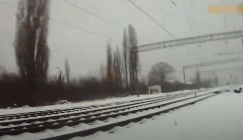Кидається під потяг: патрульні показали, як врятували життя чоловіку