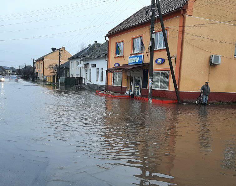 Центральну вулицю одного із сіл Мукачівщини залито водою