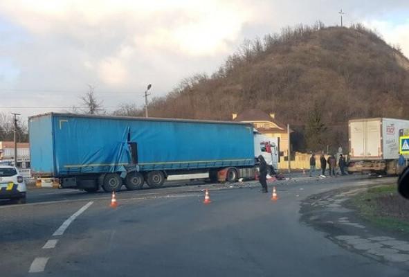 Уламки машин розкидані по дорозі: на виїзді з Мукачева сталась ДТП