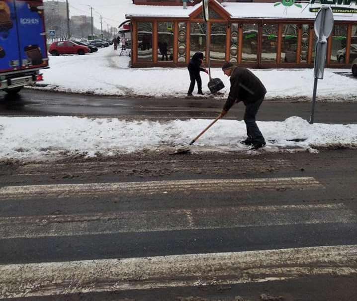 Пішохідні переходи та автобусні зупинки Мукачева розчищають від снігу
