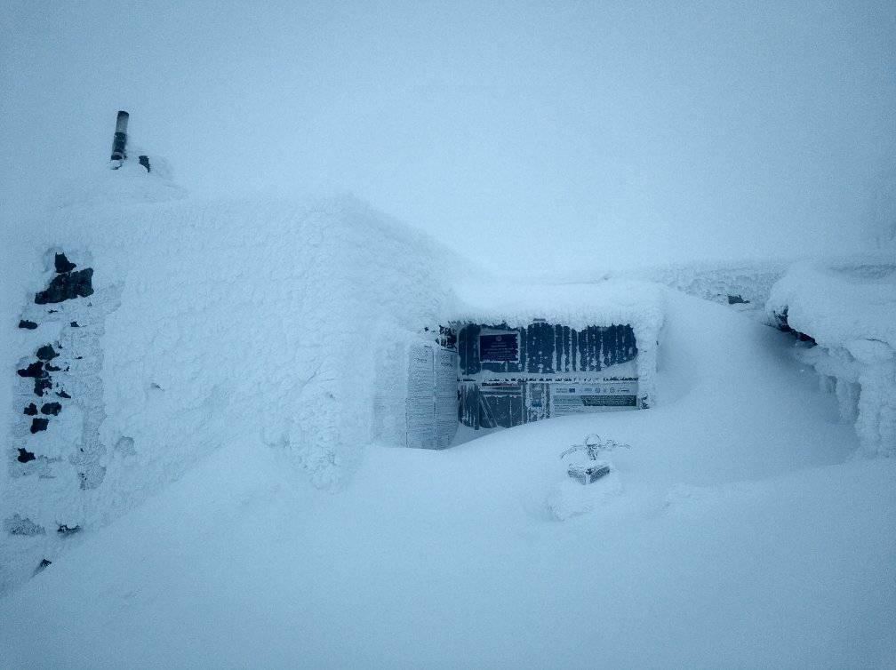 У Карпатах випало понад метр снігу: ФОТО