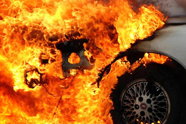 Зранку в Ужгороді підпалили автомобіль