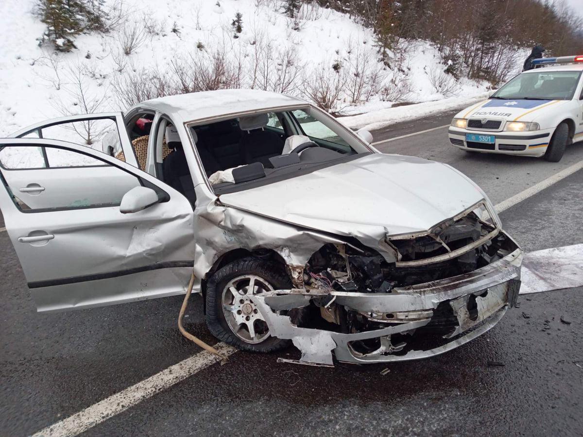 Водія від удару відкинуло на заднє сидіння й затиснуло конструкціями: подробиці моторошної аварії