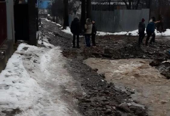 У одному із селищ області вода розмила дорогу