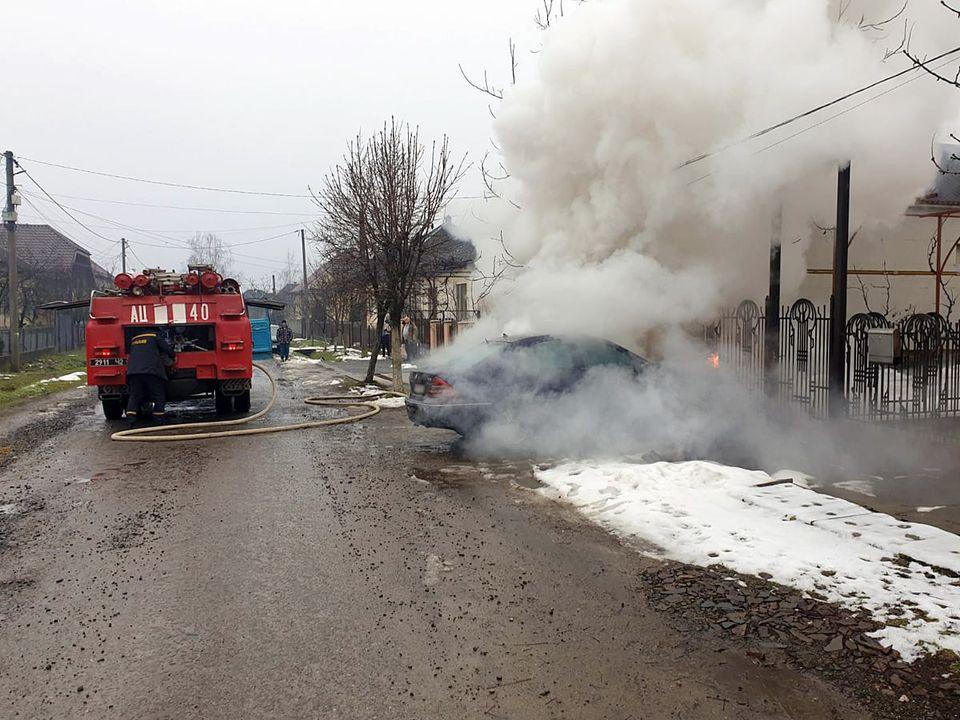 Чоловік пішов пообідати, а тим часом на вулиці загорівся його автомобіль