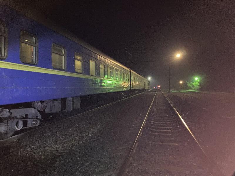 Вибігла перед потягом і лягла головою на колію: поїзд Ужгород – Лисичанськ переїхав жінку в Харківській області