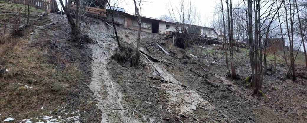 В одному з районних центрів Закарпаття через зсув ґрунту була заблокована дорога