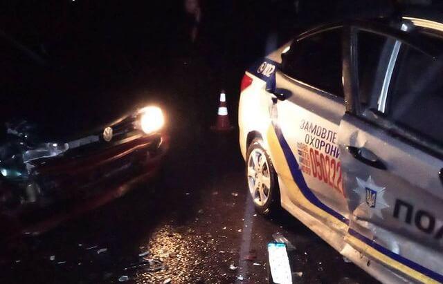 Врізався у поліцейське авто: вночі поблизу нічного клубу трапилась ДТП