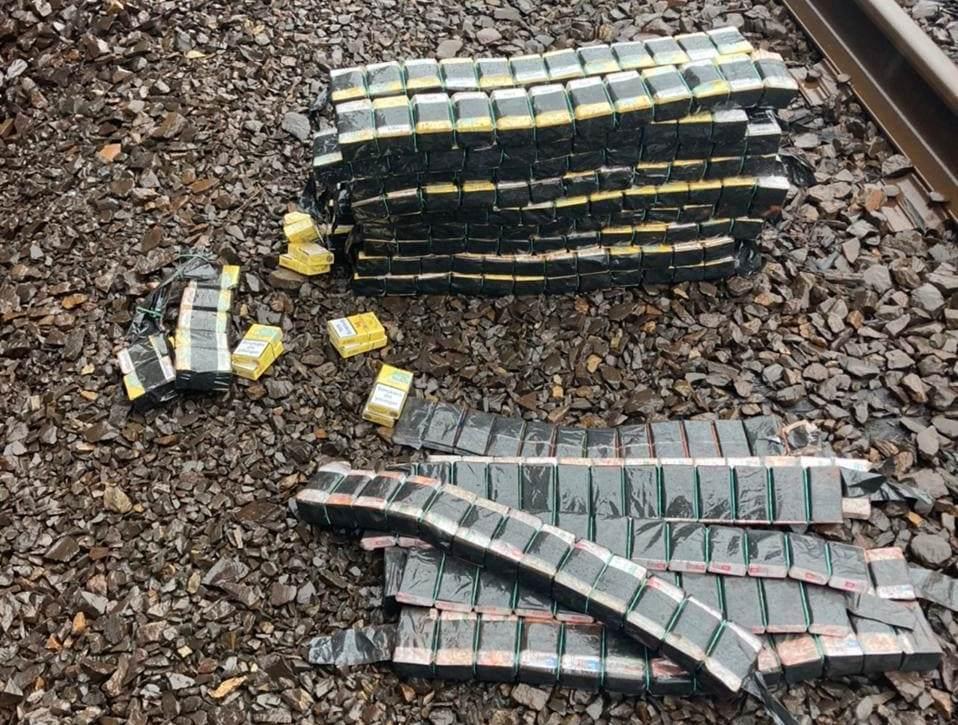 У вантажному потязі прикордонники виявили майже 700 пачок контрабандних сигарет