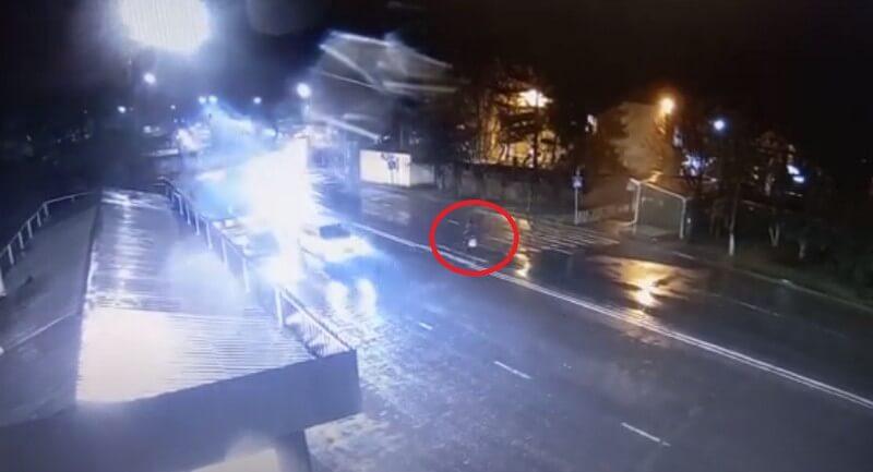 На пішохідному переході авто збило жінку. Камери зафіксували момент аварії в Ужгороді