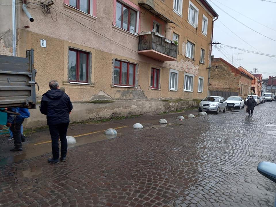 На кількох вулицях Мукачева, задля безпеки пішоходів, встановили декоративні огороджувачі