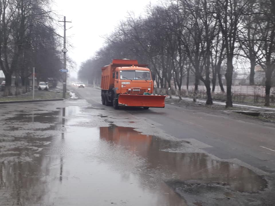 Комунальники Мукачева звітують, що на дорогах працює снігоочисна техніка