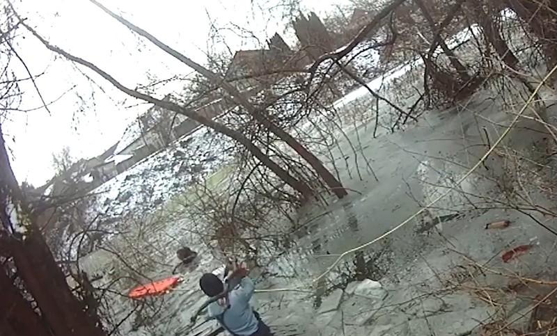 У Мукачеві чоловік провалився під лід: опубліковано відео