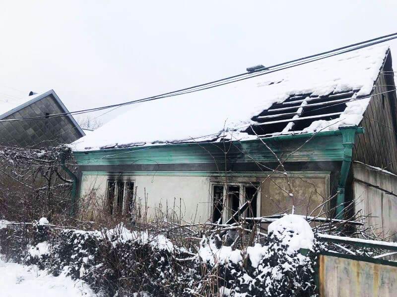 У туристичному селищі Солотвино вирувала пожежа. Ледь не згоріла жінка