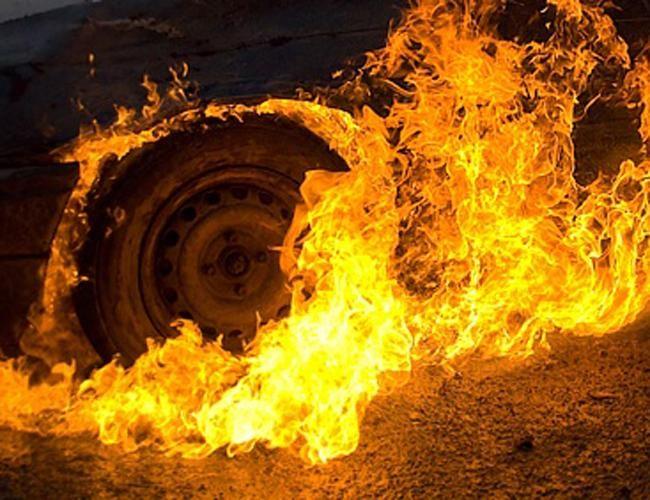 В Ужгороді ледь не згоріла вщент автівка
