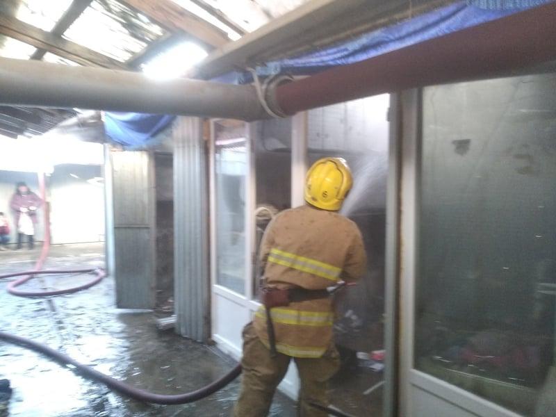 Рятувальники показали фото обгорілих кіосків на ринку