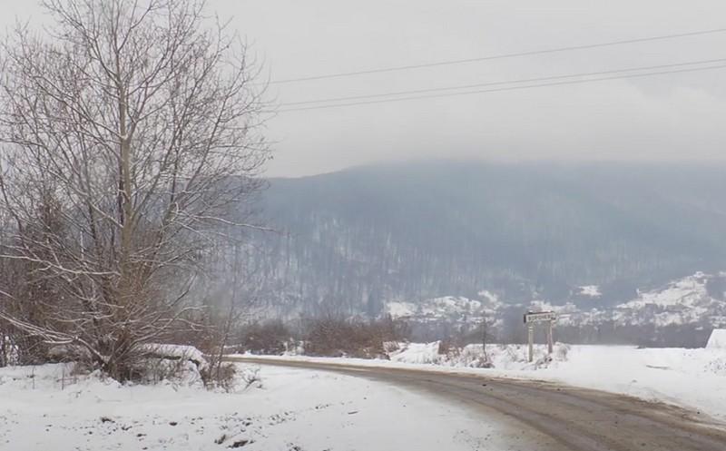Утворилася триметрова вирва: журналісти показали, що трапилось на в'їзді в закарпатське село