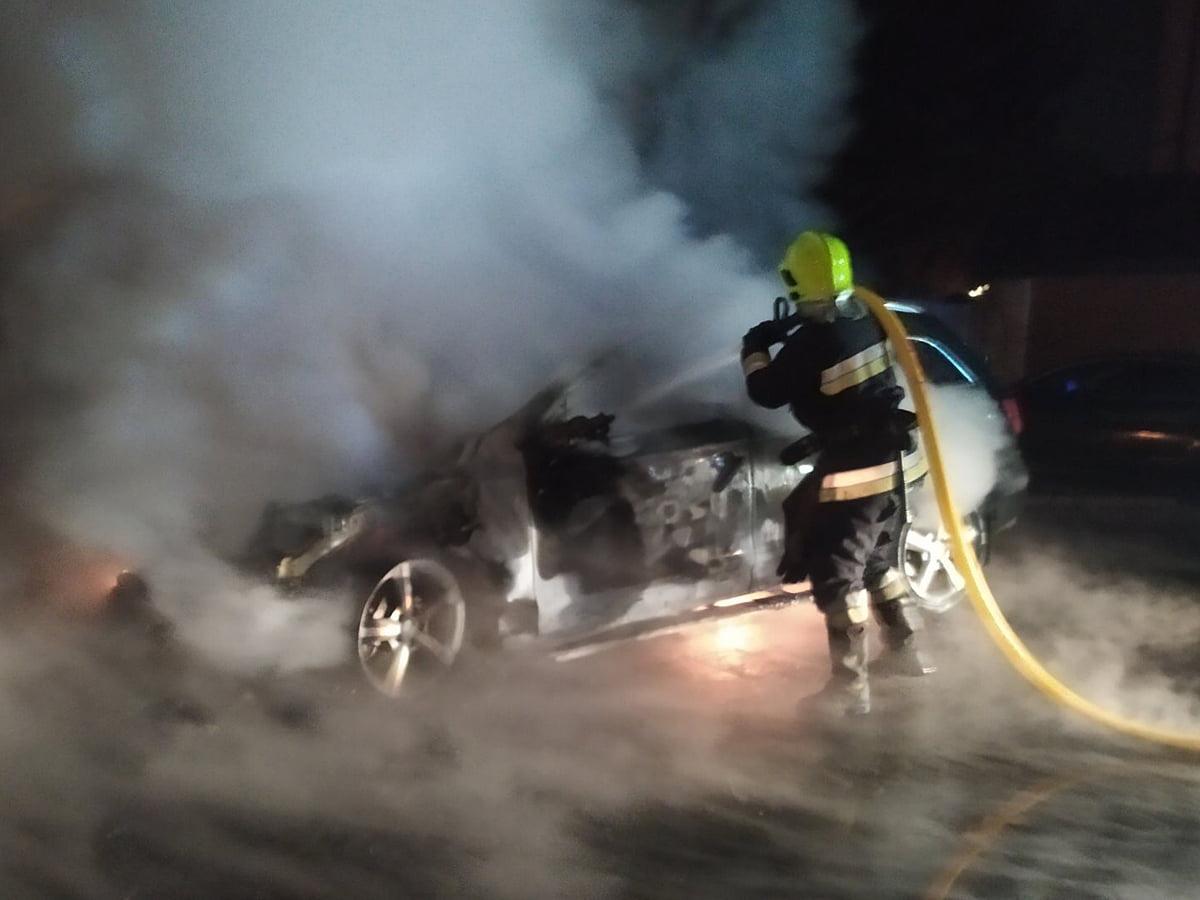 """Зранку загорілась іномарка """"Audi Q7"""": пошкоджено також сусіднє авто"""