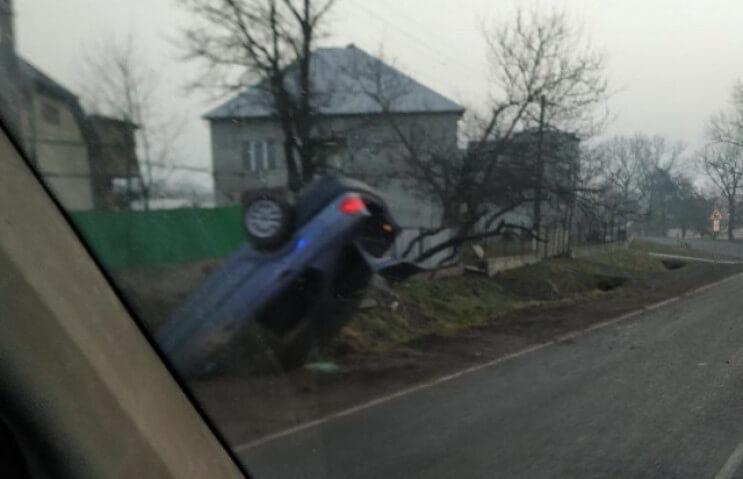 Авто перекинулось на дах: вранці сталась ДТП у Сільці