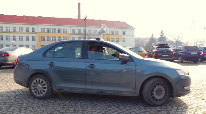 Ужгородом їздить автомобіль і через гучномовець повідомляє важливу інформацію: оприлюднено відео