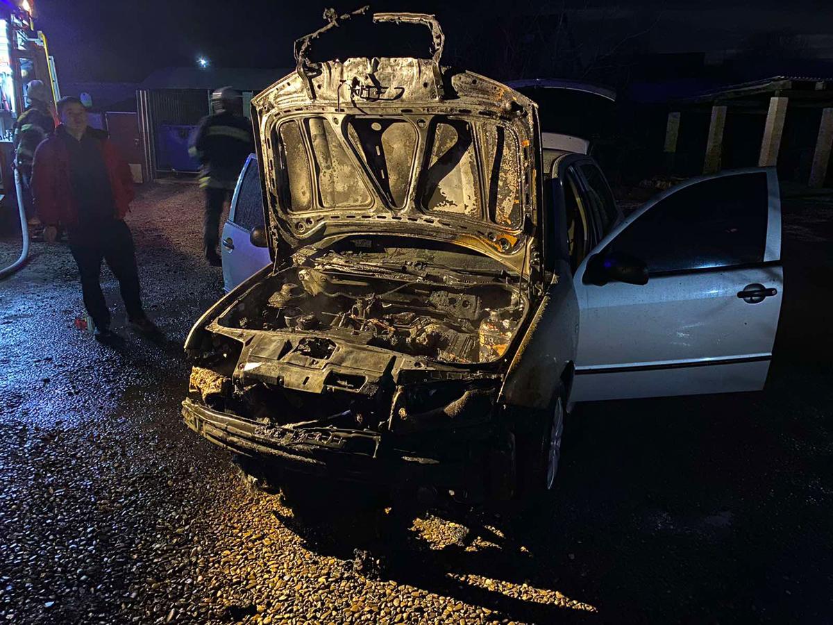 У чоловіка, який приїхав у гості до родичів на Закарпаття, загорівся автомобіль