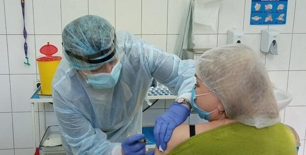 У Мукачеві вакцинують медиків від COVID-19