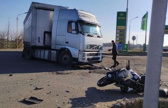 Аварія поблизу АЗС: на Закарпатті зіткнулись фура і мотоцикл