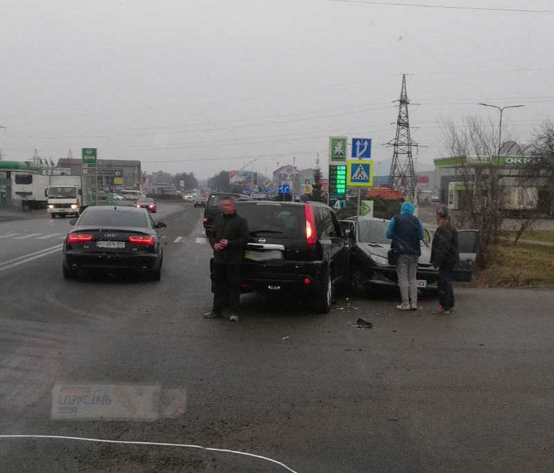 ДТП у Мукачеві неподалік ринку ГІД: у мережі показали відео з місця аварії