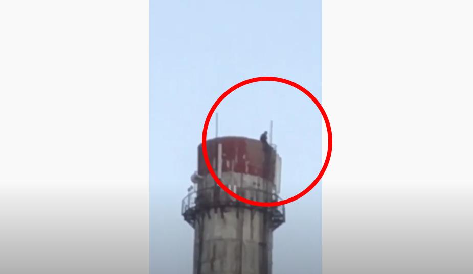 У Мукачеві зняли на відео невідому особу, яка залазить на верхівку труби колишньої котельні