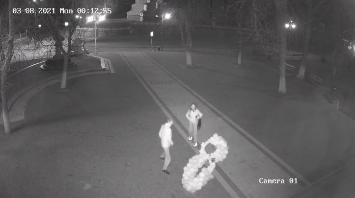 У мережі показали відео, як хлопці нищать фотозону