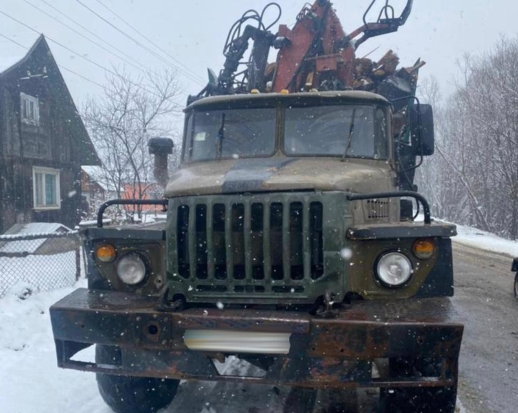 Правоохоронці затримали лісовоз із деревиною сумнівного походження