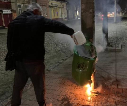 У Мукачеві за тиждень невідомі спалили та понівечили 9 сміттєвих урн