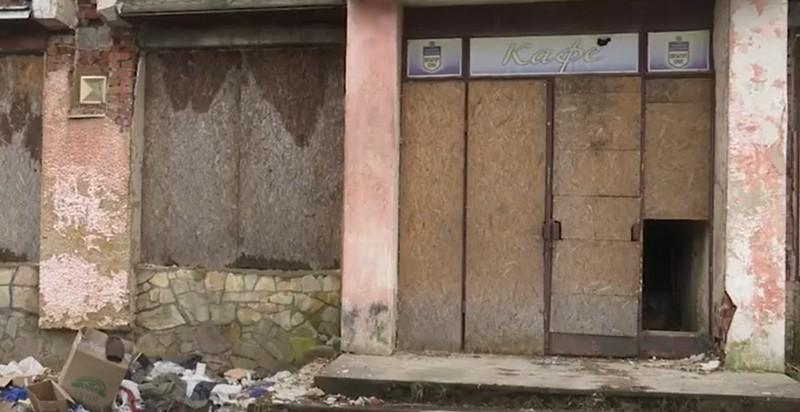 """Неприємний запах і купи сміття: мукачівці розповіли про """"будівлю жаху"""""""