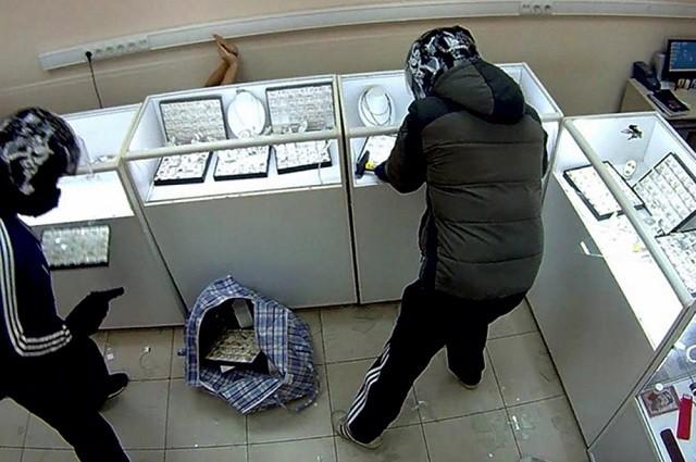 """Погрожували продавцю пістолетом: на Закарпатті """"обчистили"""" ювелірний магазин"""
