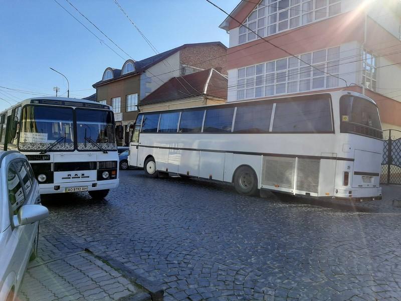 У Мукачівській ОТГ курсують автобуси: кого вони перевозять