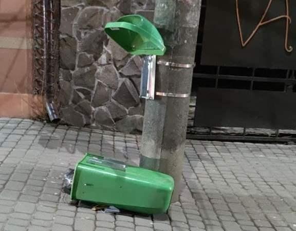 По камерах спостереження вдалося виявити чоловіка, який у Мукачеві пошкодив сміттєві баки