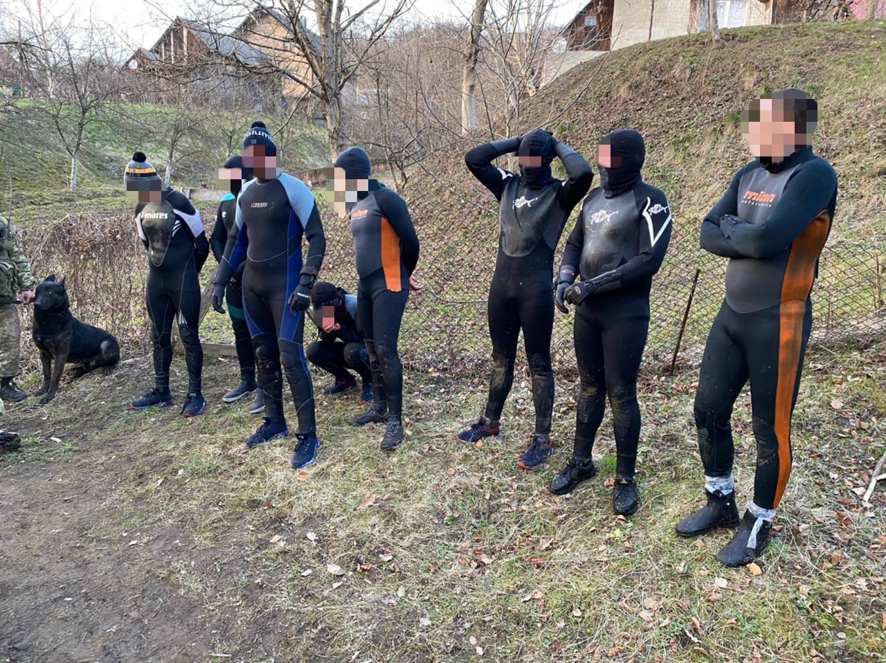 Вісьмох чоловіків у водолазних костюмах затримали на кордоні