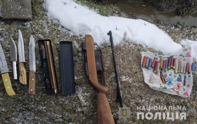 Поліцейські вилучили у зловмисника саморобну зброю