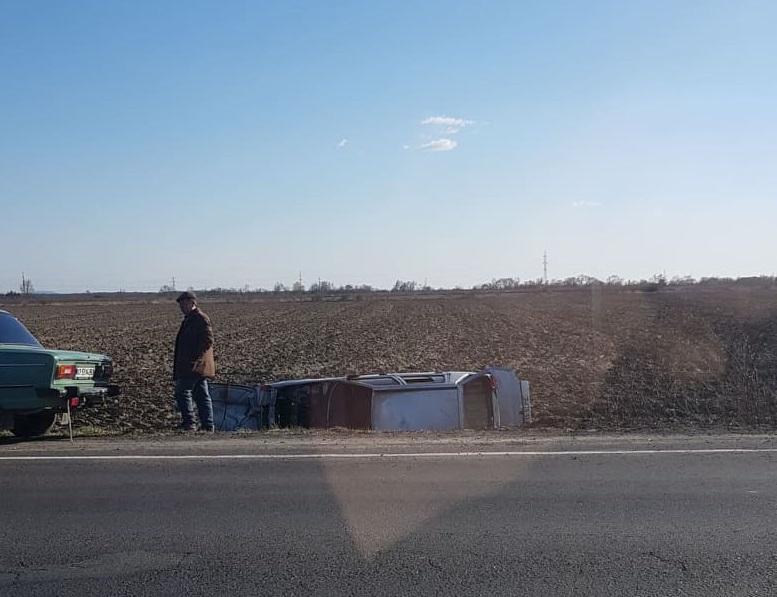 Між Мукачевом і Ракошином авто злетіло з дороги і перекинулось. Опубліковано відео
