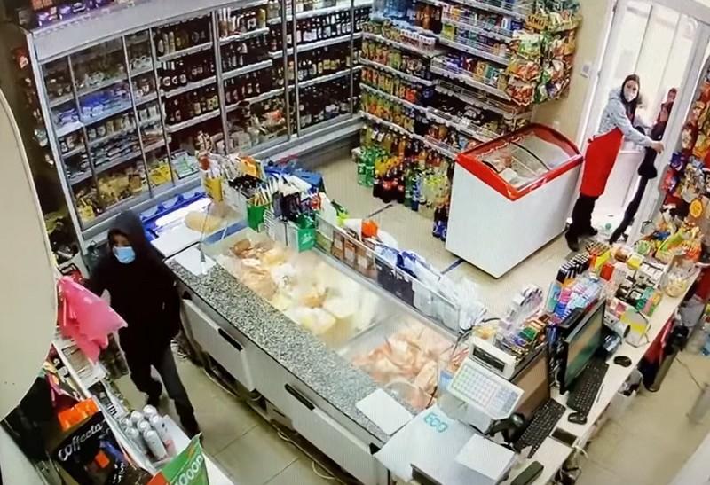 Нахабний злочин у магазині в Ужгороді: Фейсбук облетіло відео крадіжки