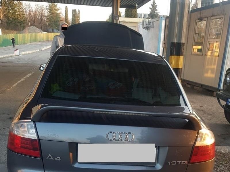 На кордоні за Словаччиною виявили викрадений автомобіль
